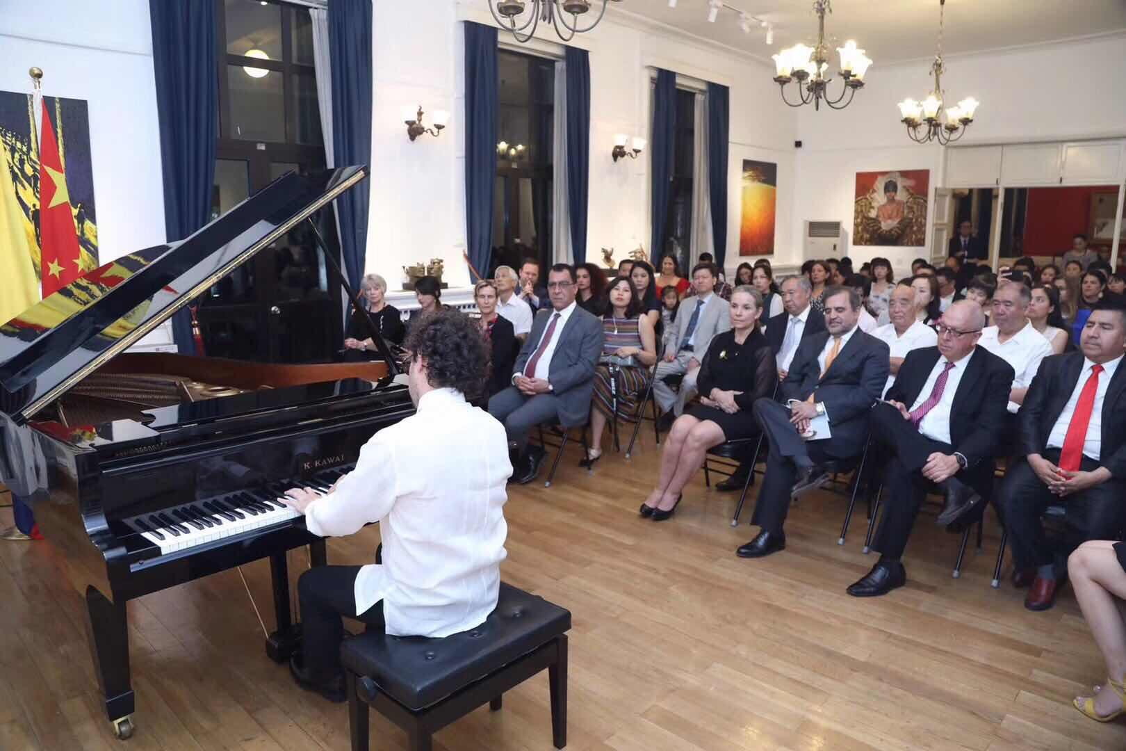 Mauricio Arias ofreció recital de piano en Beijing