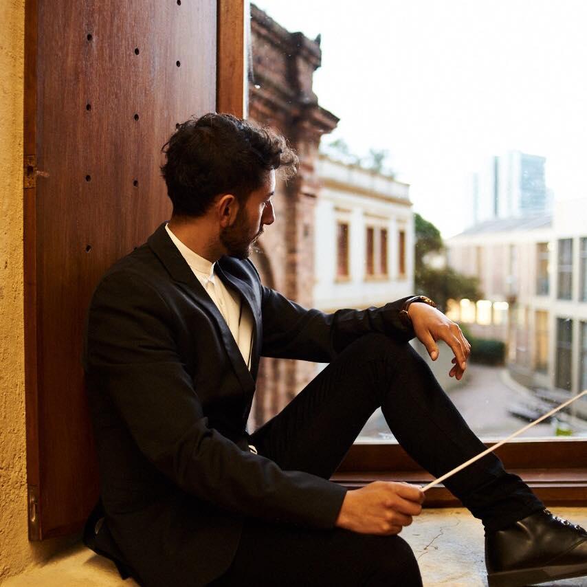 Egresado Alejandro Martínez, director coral, explora la dirección de orquesta con la primera ópera vallenata del mundo